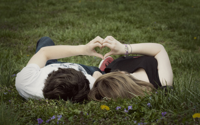 любовь, пара на траве, девушка и парень