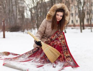 девушка и ковер, чистка ковра на снегу