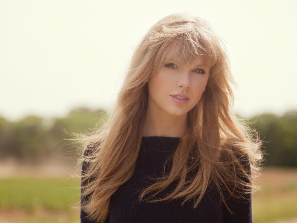 очень красивая девушка с длинными волосами на природе