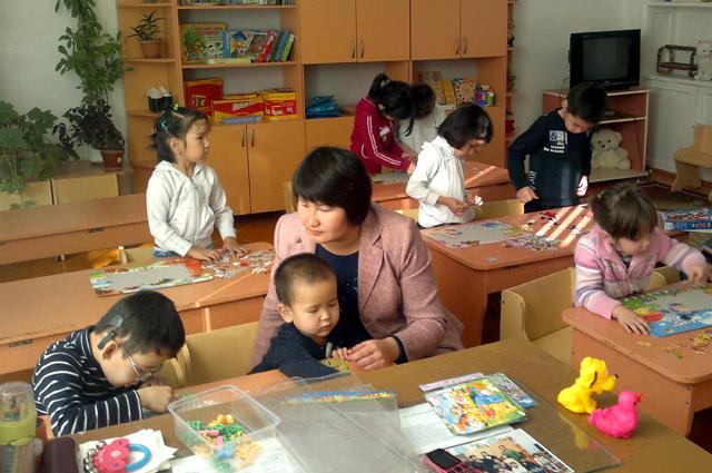 дети собирают пазлы