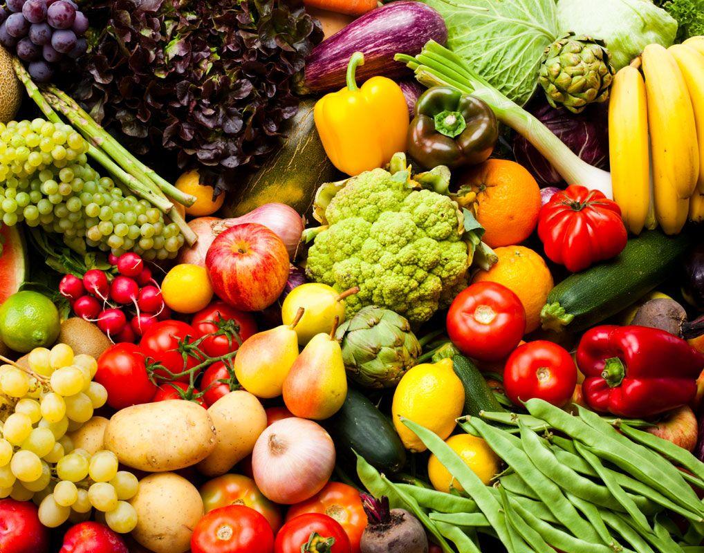 очень много фруктов и овощей