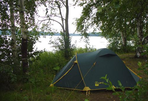 палатка на берегу озера, майские праздники