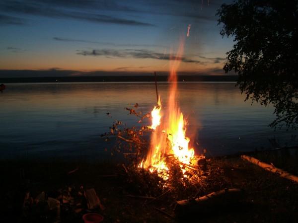 костер на берегу озера, майские праздники