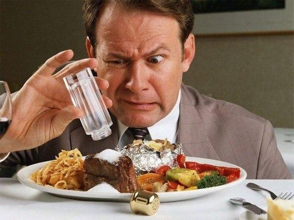 мужчина солит еду, что делать если пересолила еду, суп, борщ