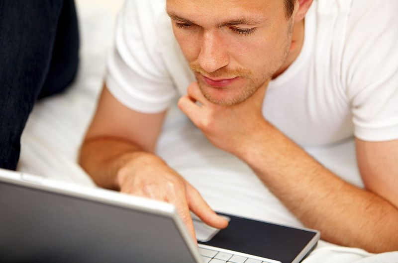 мужчина и ноутбук, мужчина и интернет