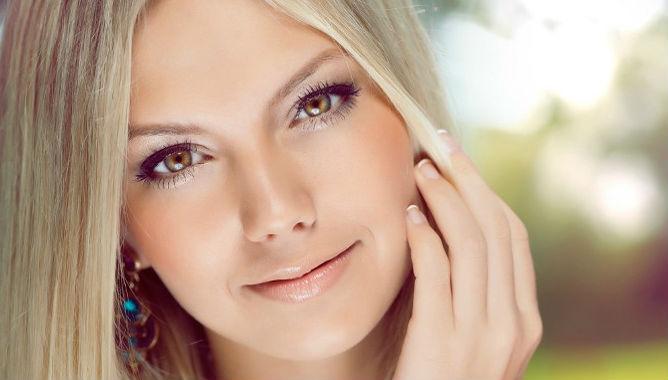 красивая девушка с чистой кожей без черных точек