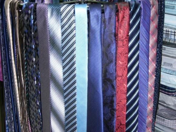 очень много галстуков, разнообразные галстуки, галстуки разного цвета и оттенка