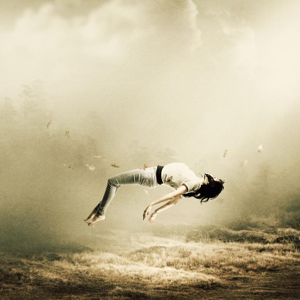 девушка парит над землей, спокойствие в жизни, счастье