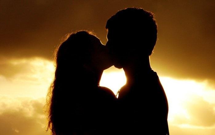 поцелуй парня и девушки