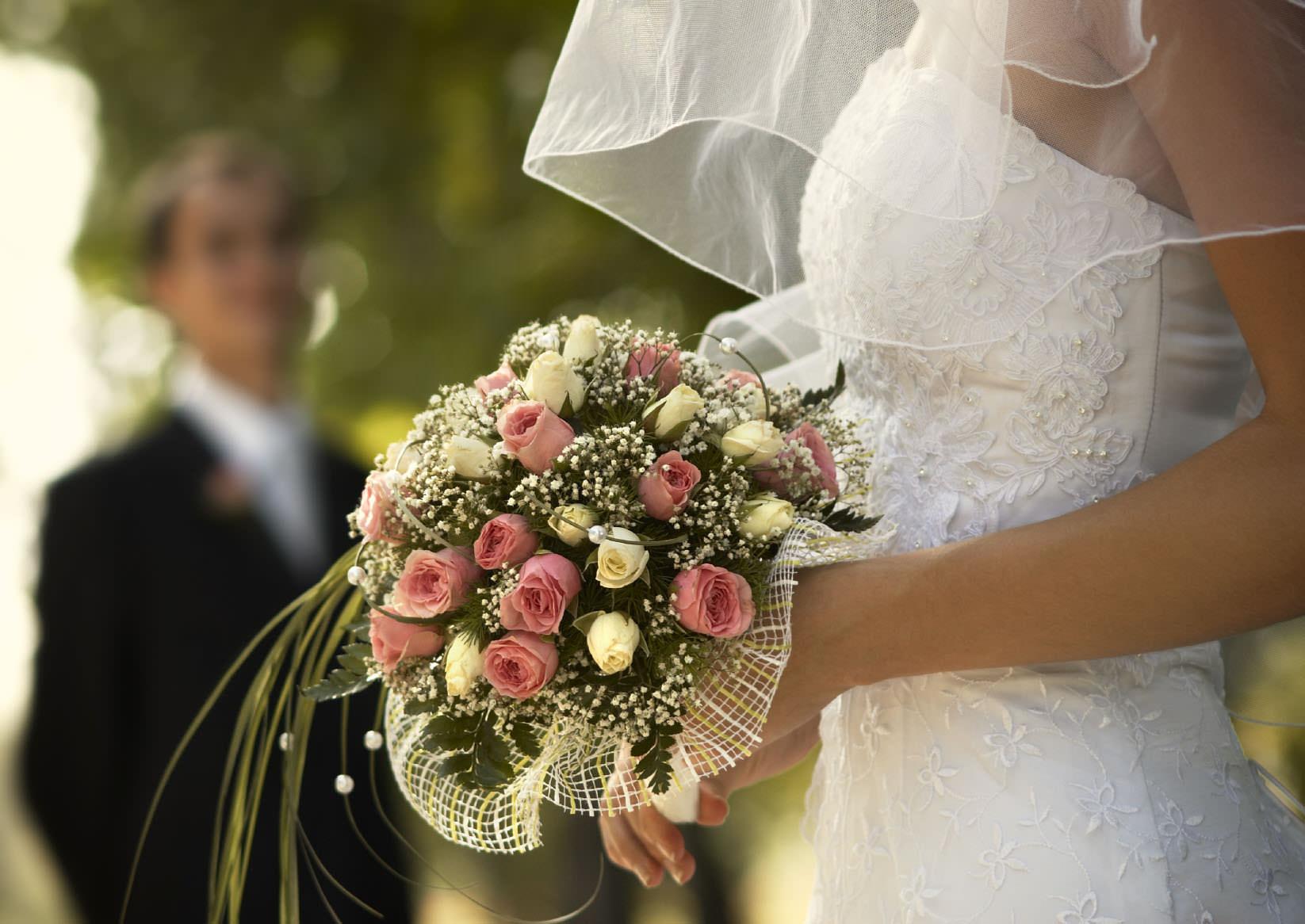 когда пришло время делать предложение, девушка в свадебном платье с цветами