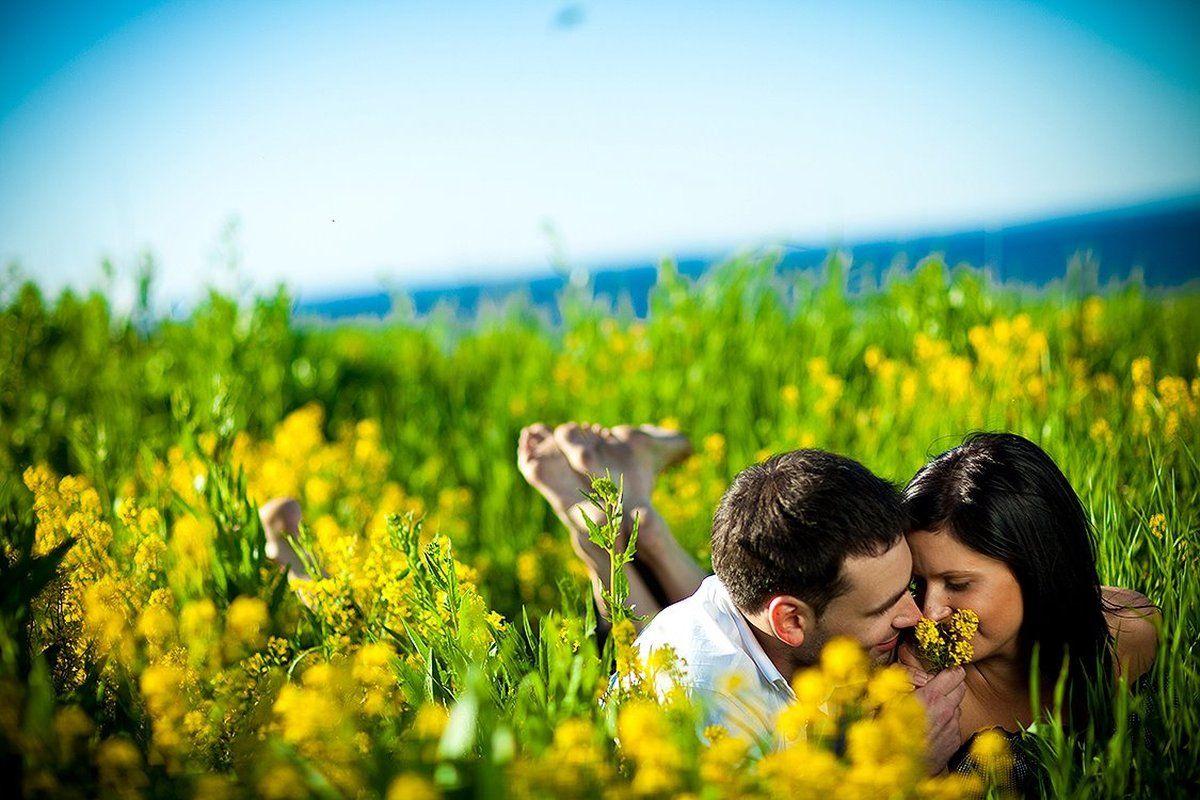 счастливая пара - парень и девушка счастливы, любовь