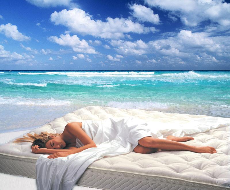 не снятся сны, девушка спит на матрасе на берегу моря