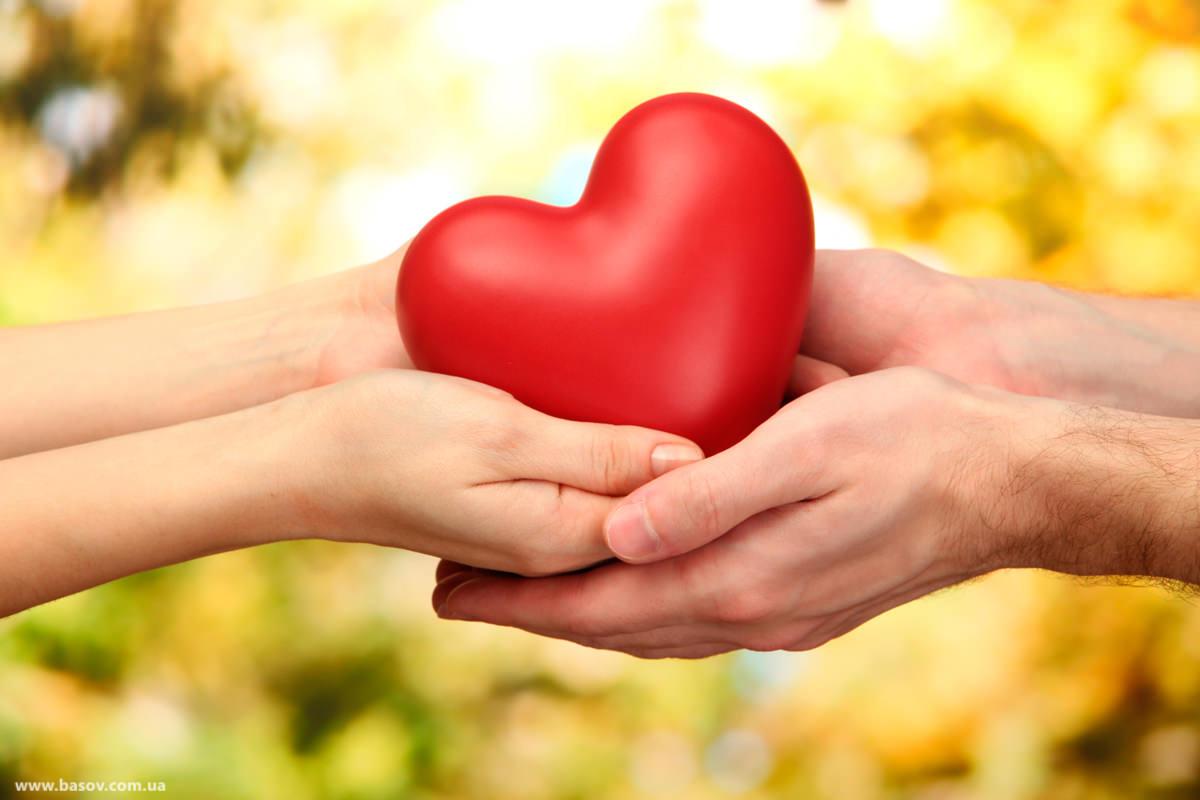 сердце в руках пары, уменьшить привязанность, руки и сердце