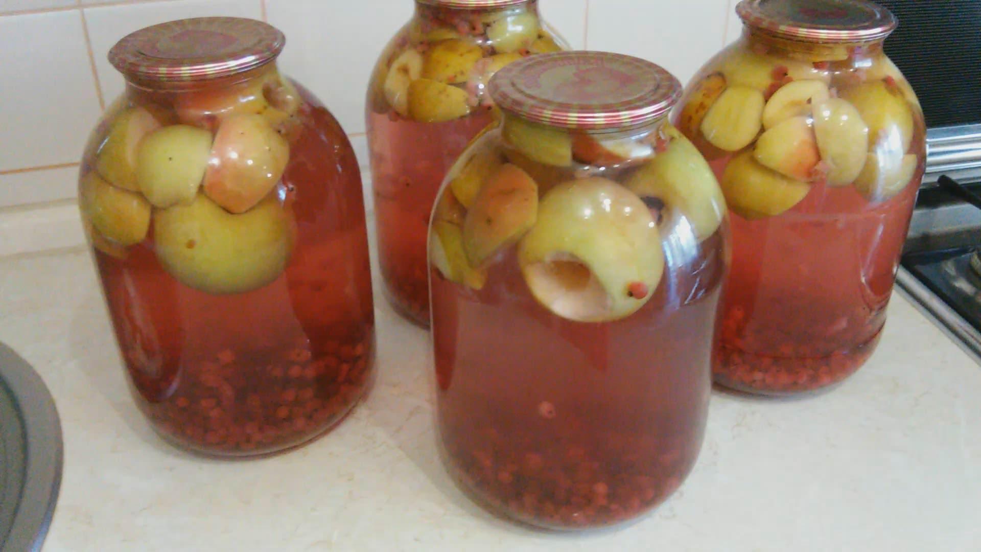 банки, бутыля с компотами из яблок на зиму