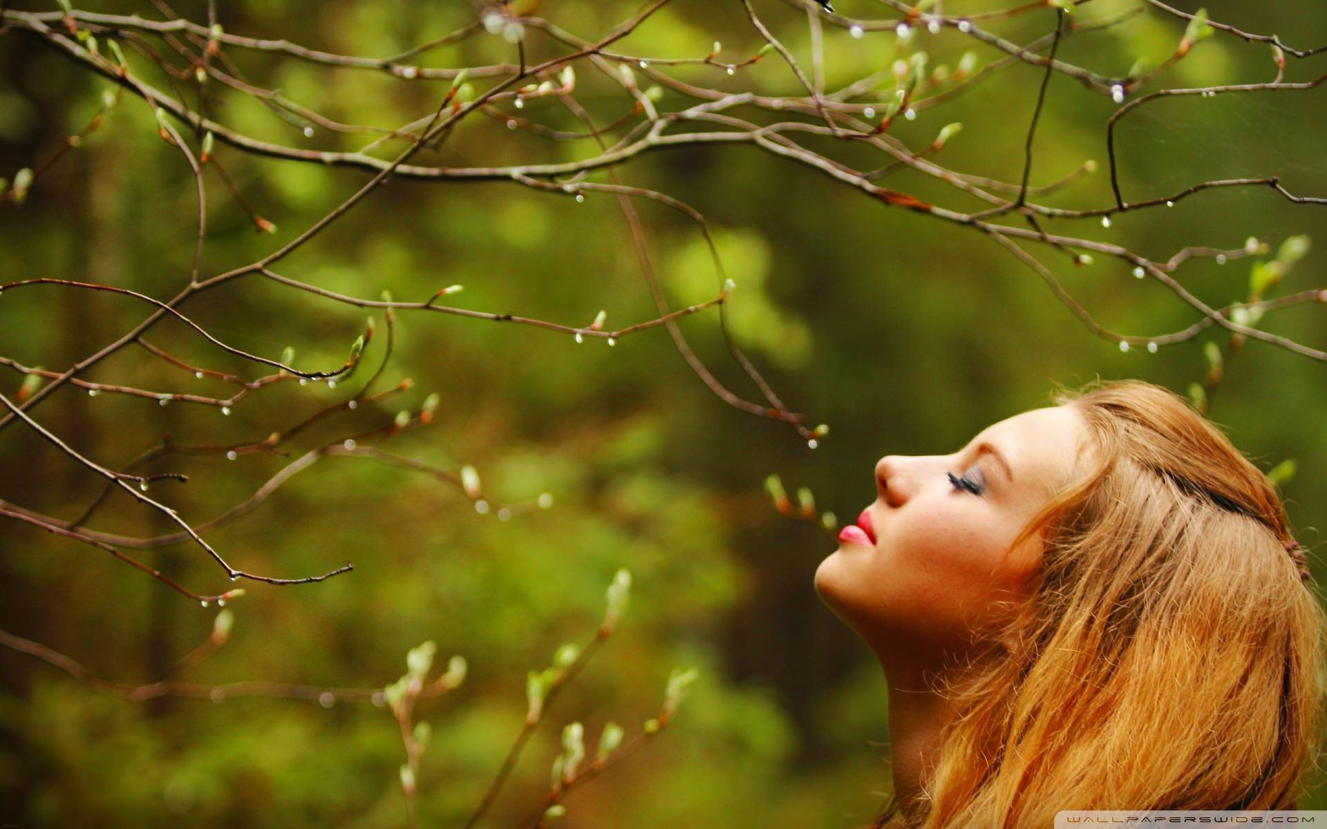 девушка и весенний аромат, приятный запах