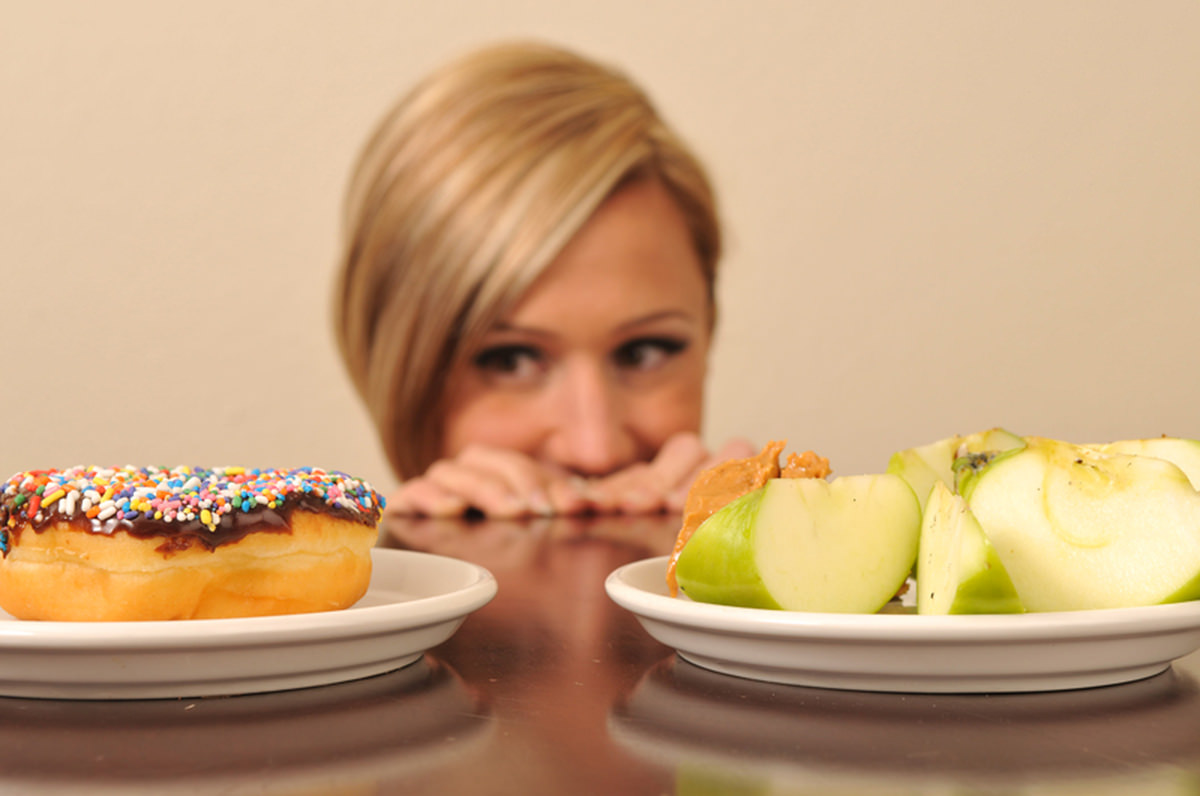 яблочная диета, девушка выбирает, яблоко или пирожное
