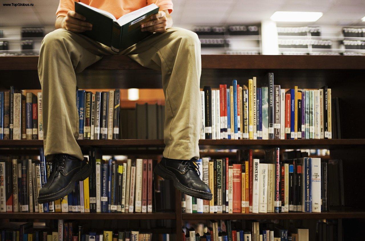 человек в библиотеке, чтение как метод выражения мыслей