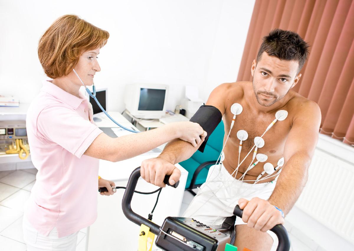 обследование мужчины в больнице, лечение, датчики на теле мужчины