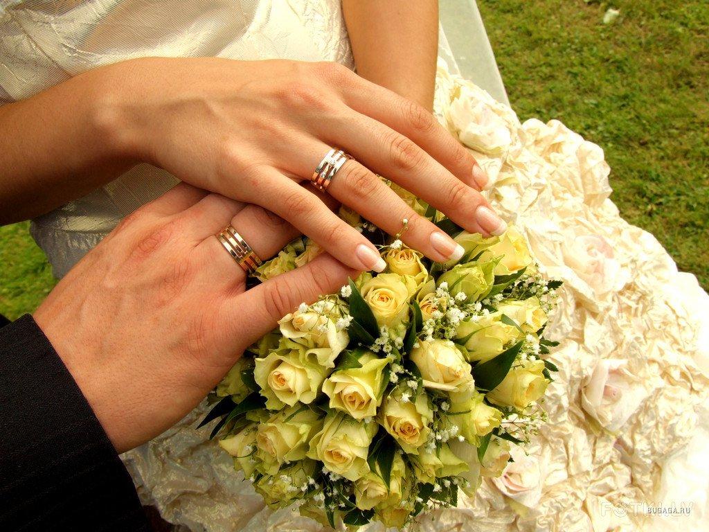 кольца на руках мужчины и женщины, брак