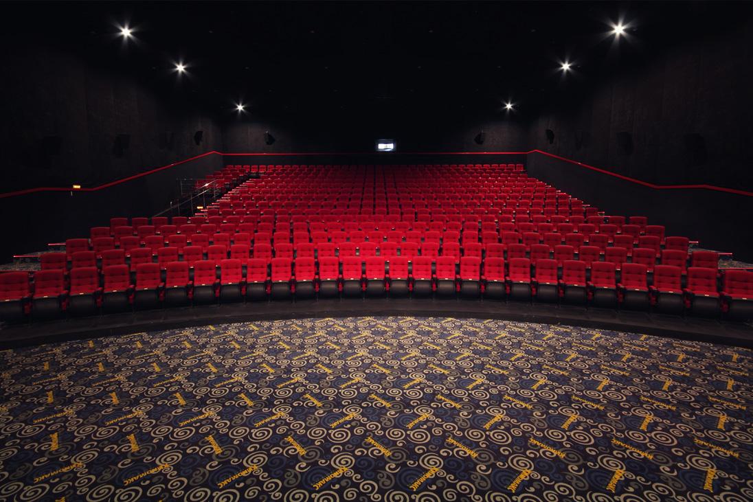 зал кинотеатра, необычное место для секса