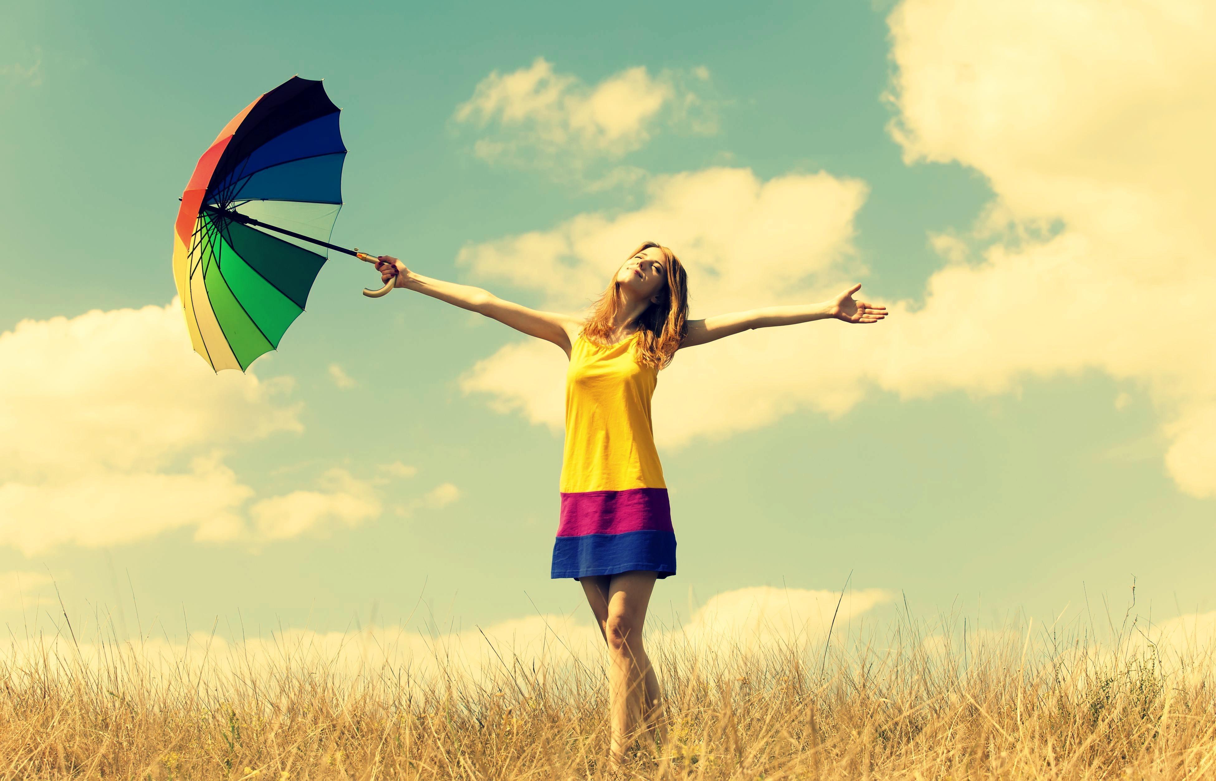 счастье, девушка с зонтиком радуется жизни