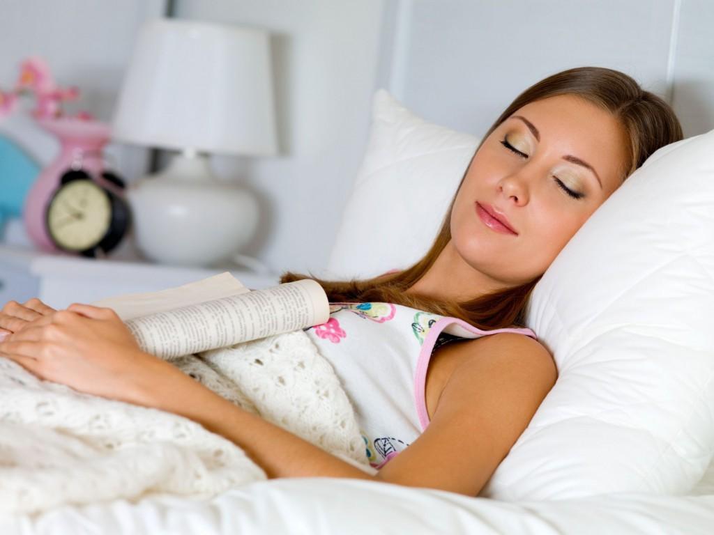 девушка спит, уснула за чтением