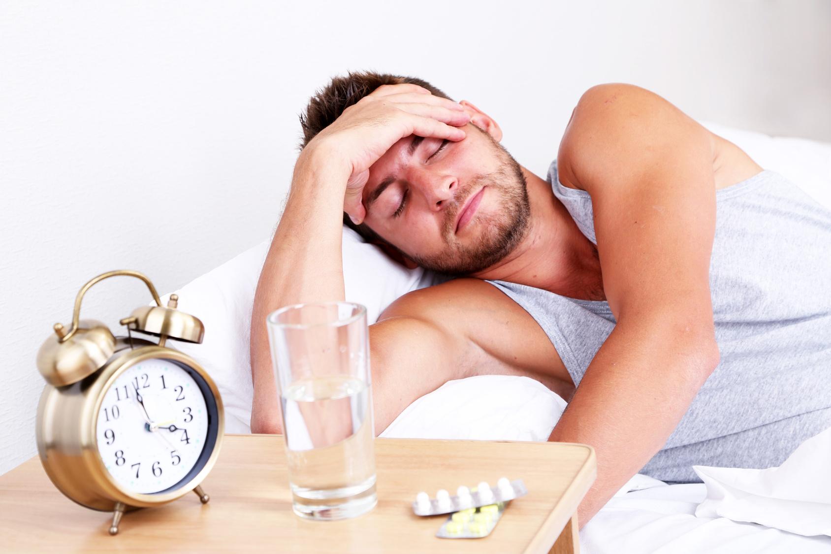 у мужчины болит голова, постельный режим