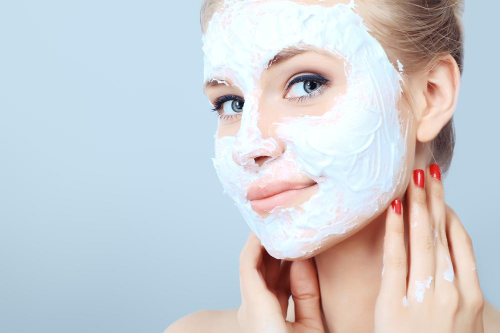 маски для лица, как наносить, девушка с косметической маской
