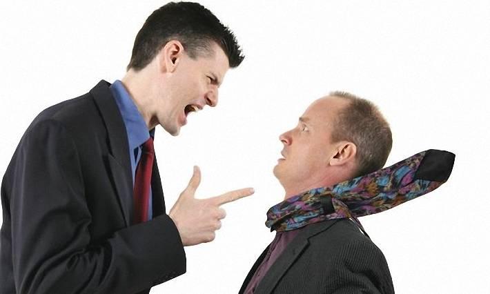 критика, один человек критикует другого