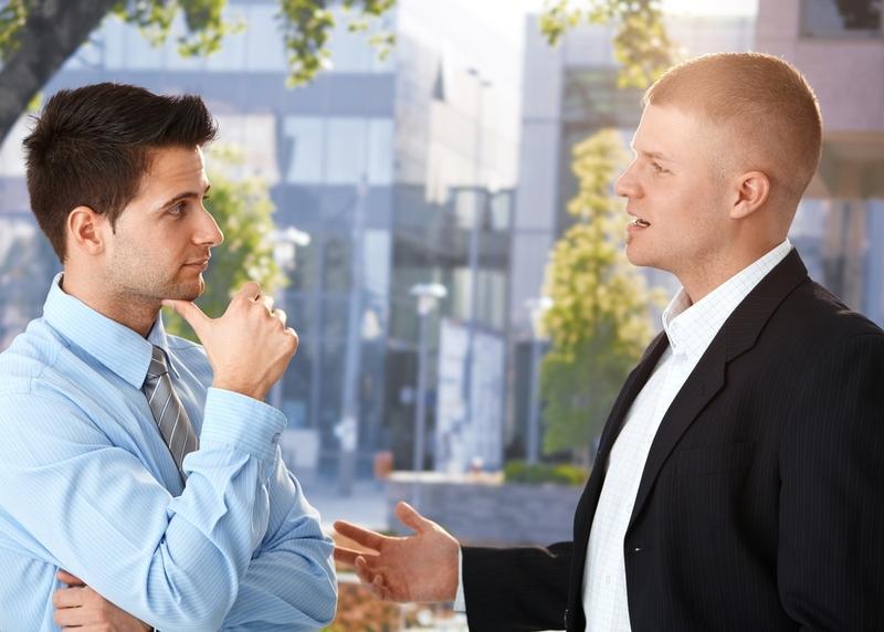 общение, заинтересованность, два человека говорят