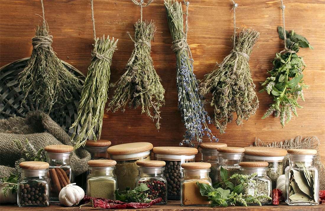 ингредиенты народных рецептов - травы, баночки