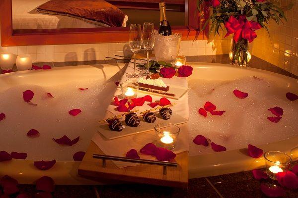 романтическая ванна, шампанское, свечи, лепестки роз
