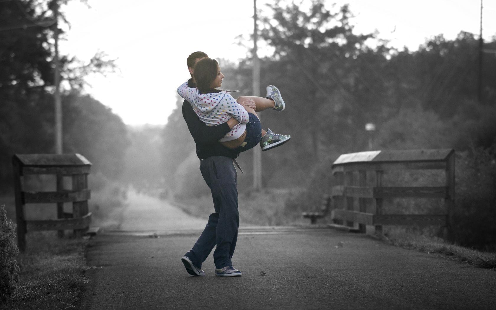 любовь, парень и девушка, девушку носят на руках